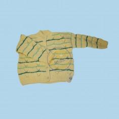 Žlutý svetr s pruhy