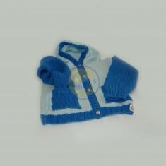 Modrý svetr s kapucí a kapsami